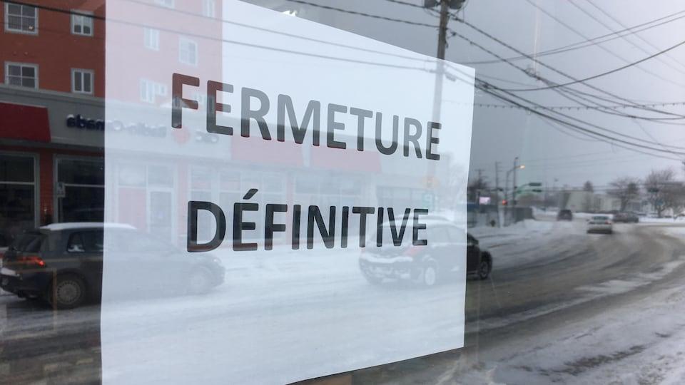 message collé sur une porte : FERMETURE DÉFINITIVE