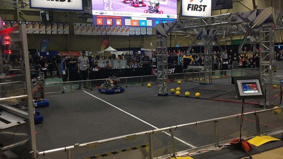 Des robots sont sur un terrain.