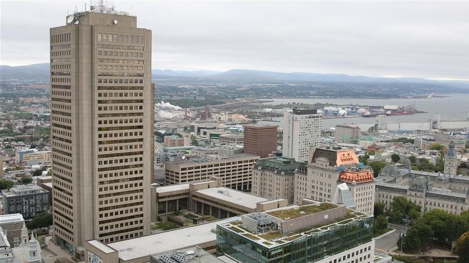 Photo aérienne du centre-ville de Québec. On distingue notamment l'édifice Marie-Guyart et l'hôtel du Parlement du Québec.