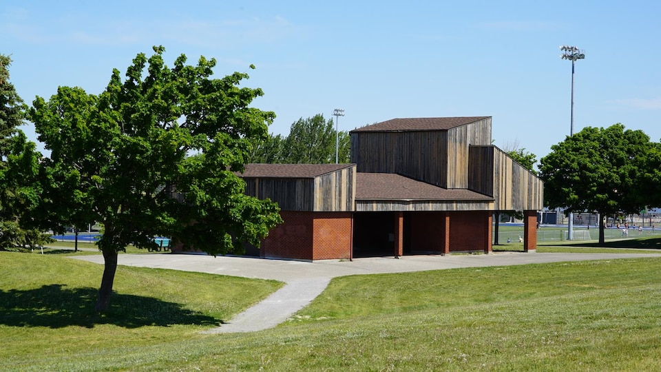 Le complexe sportif Guillaume-Leblanc aux abords d'un terrain de soccer.