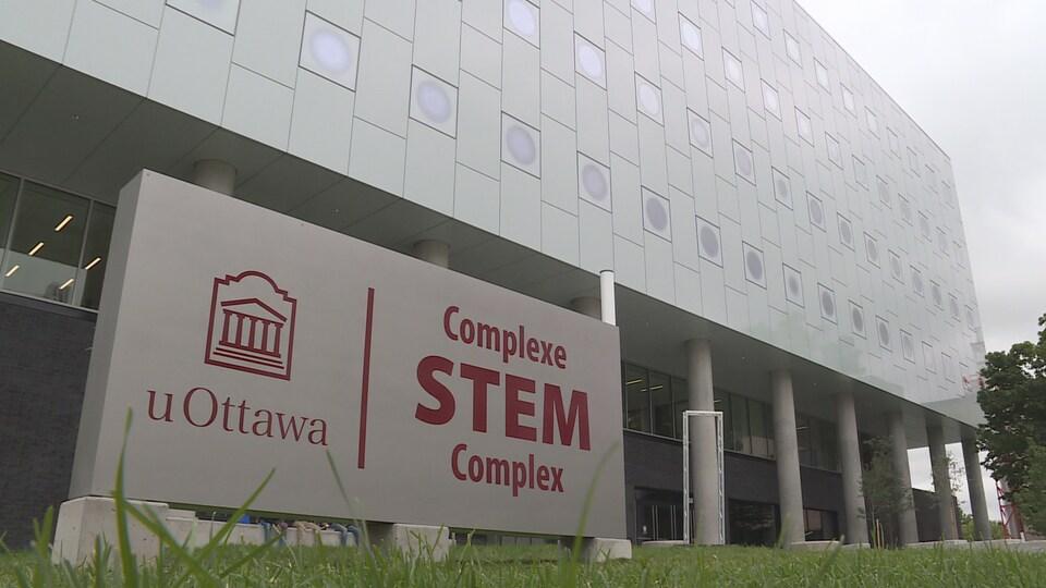 Vue de la façade extérieure du complexe STEM à l'Université d'Ottawa