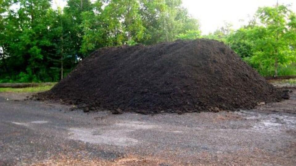 Un monticule de compost des Jardins vivaces de Charlesbourg.