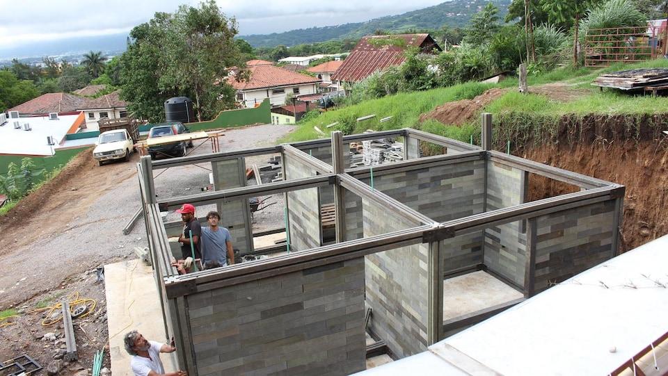 Les équipes de l'entreprise colombienne Conceptos Plasticos construisent une maison avec des briques en plastique recyclé.