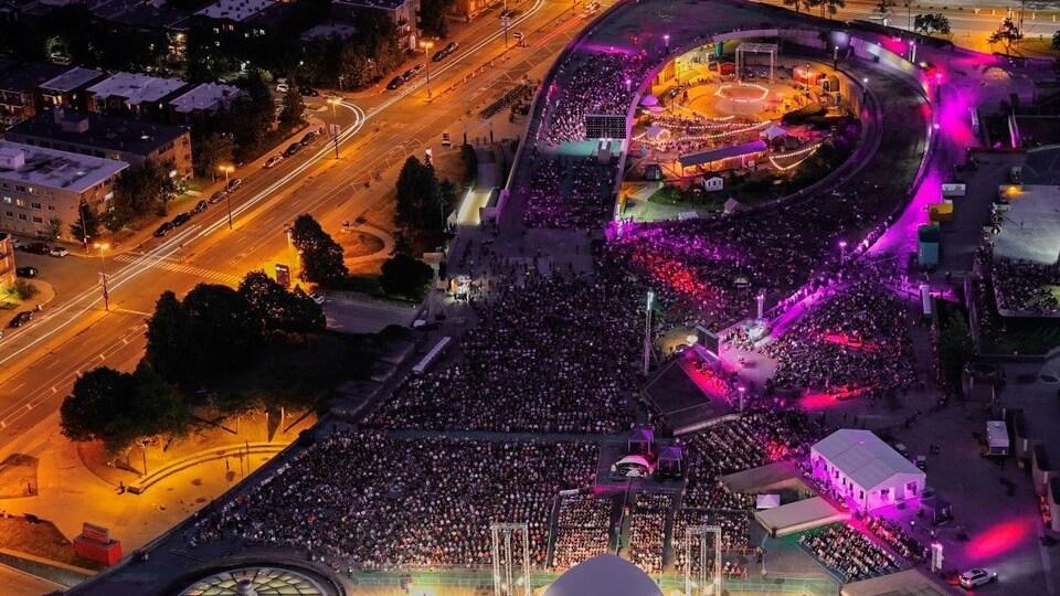 La photo prise du haut de la Tour olympique montre le nombre de personnes réunies pour le concert.