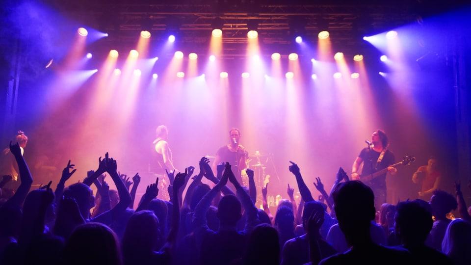 Des personnes assistent à un concert de musique.