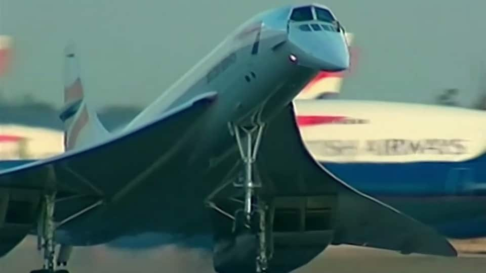 Le Concorde atterrit à l'aéroport d'Heathrow, à Londres.