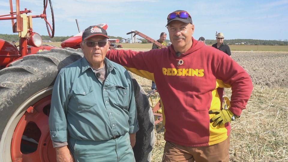 Deux hommes près d'un tracteur