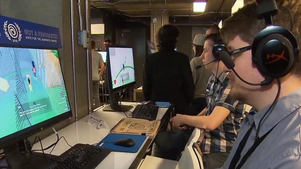 Un joueur teste le jeu vidéo conçu par des étudiants de l'Université de Sherbrooke.