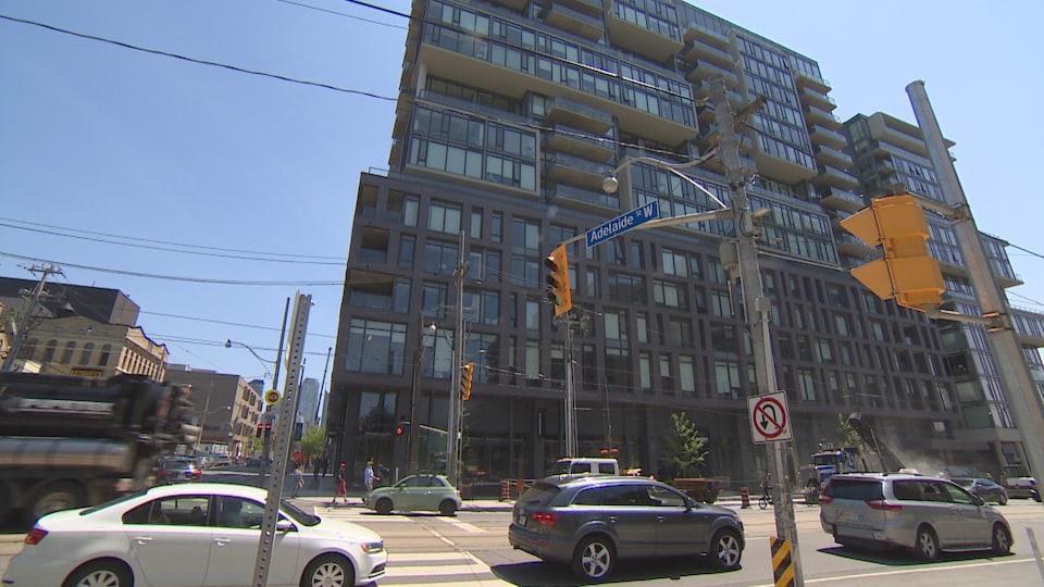 Photo d'un immeuble gris d'une dizaine d'étages