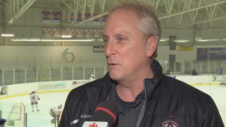 Le président des Condors d'Ottawa, Jim Perkins, en entrevue à Radio-Canada dans un aréna.