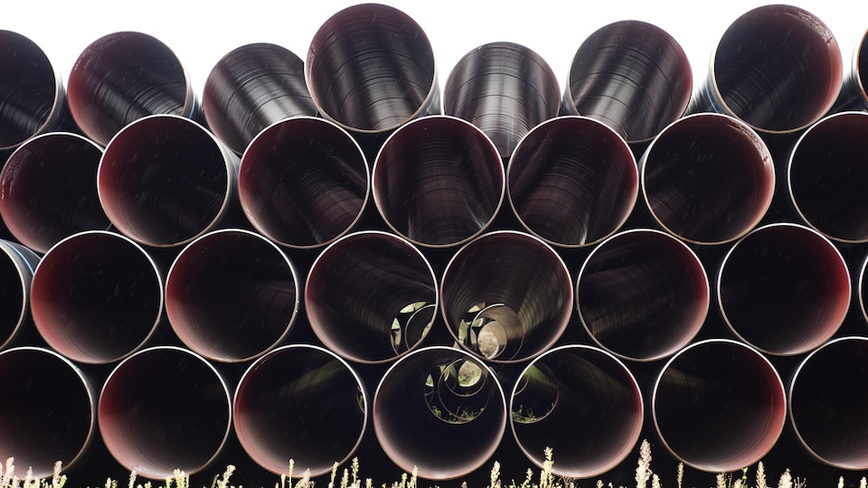 Des tuyaux servant à créer des conduites souterraines sont empilées.