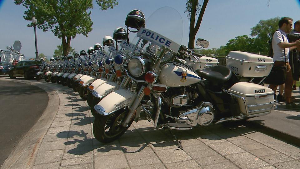 Plusieurs motos de la police de Québec étaient réunies près de la fontaine de Tourny dans le cadre d'une conférence de presse relative au G7.