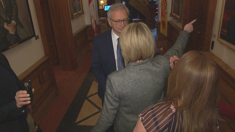 Confrontation entre Sharon Teare et Blaine Higgs dans les couloirs de l'Assemblée législative le 15 mai 2019.