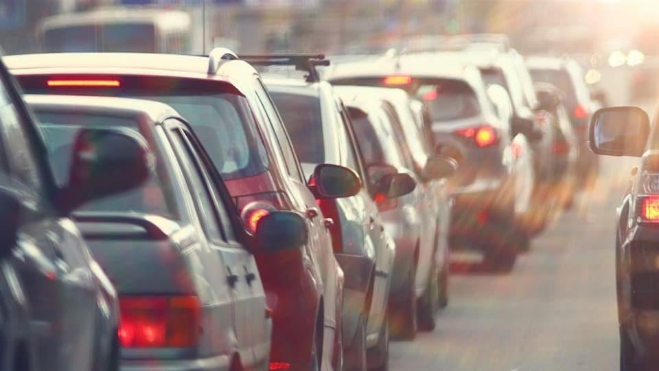 Des voitures dans un bouchon de circulation
