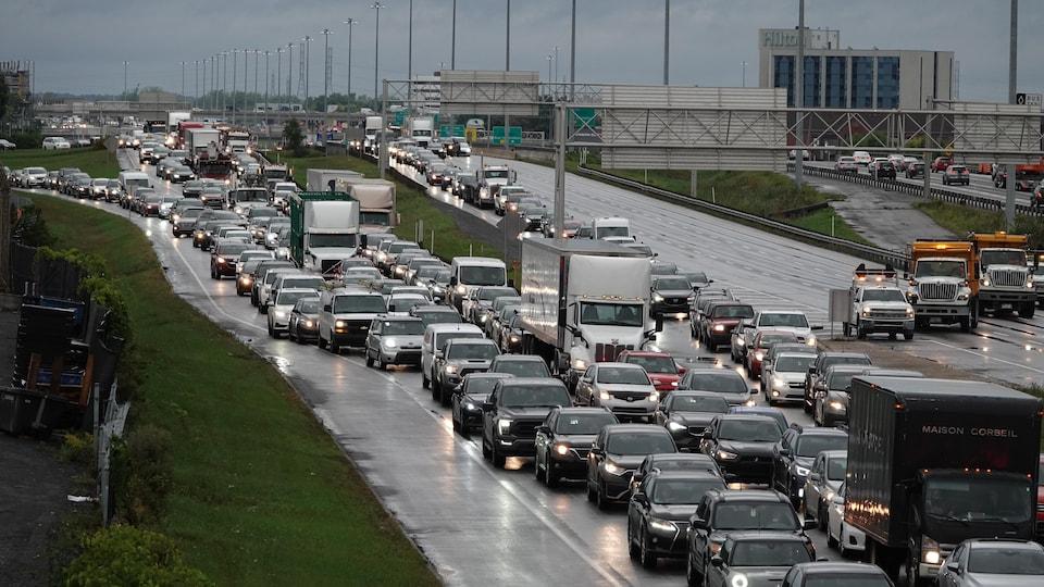 L'embouteillage prend de l'ampleur.