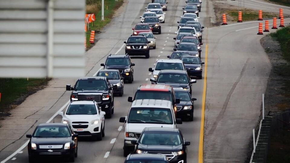 De la congestion routière sur l'autoroute Laurentienne.