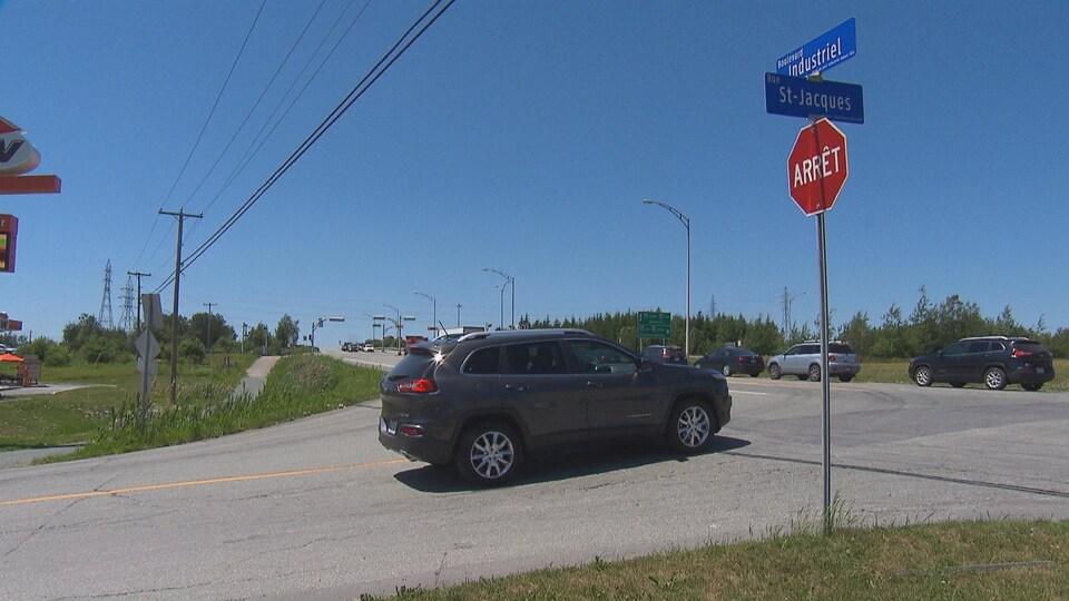 Un panneau pour interdire de tourner à gauche sur la route 220 à partir de la rue St-Jacques pourrait être installé d'ici la fin de l'été.