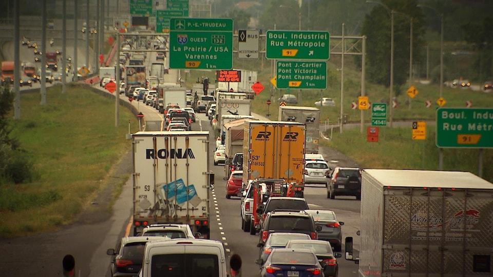 Une route sur laquelle s'entassent des centaines de véhicules, dont de nombreux poids-lourds.