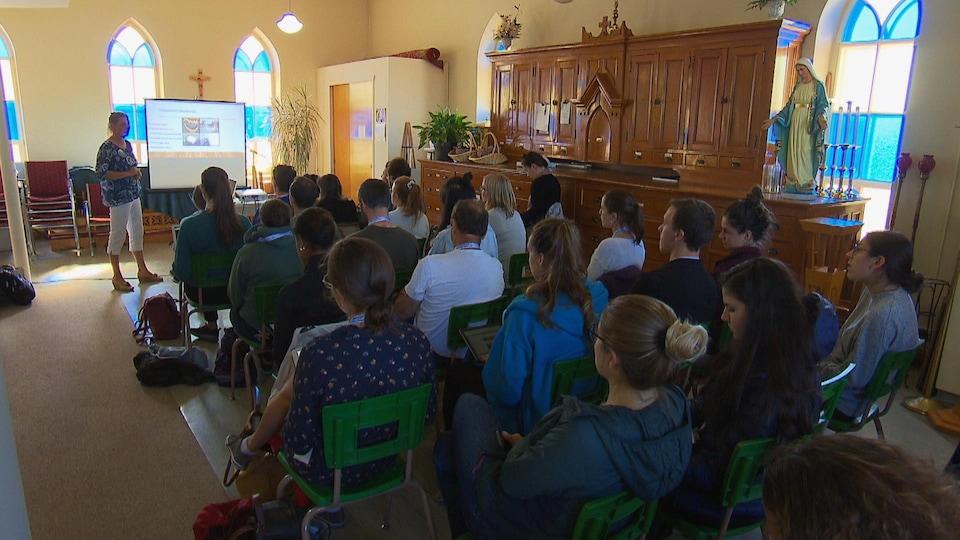 Des gens réunis dans une salle dans le cadre du congrès sur la médecine d'urgence en région.