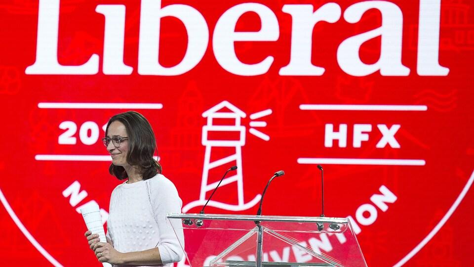 Anna Gainey quitte la scène du centre des congrès d'Halifax après le discours d'ouverture.