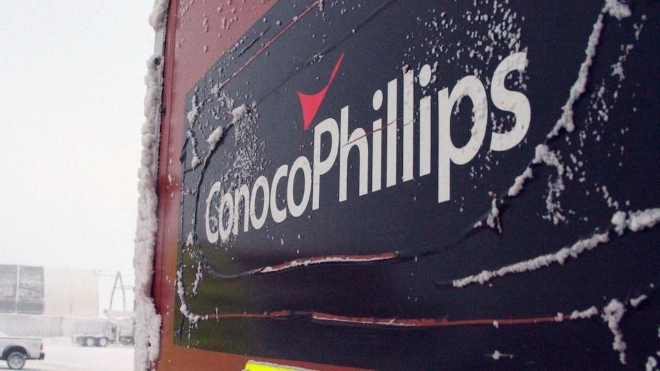 Le logo de la pétrolière ConocoPhillips sur un signe extérieur enneigé.