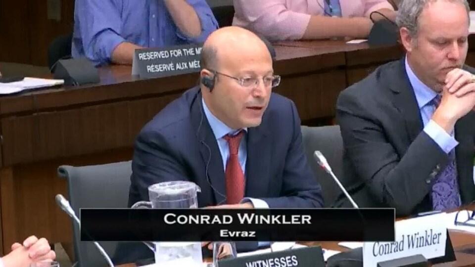 Capture d'écran montrant Conrad Winkler s'adresser à la Chambre des communes.