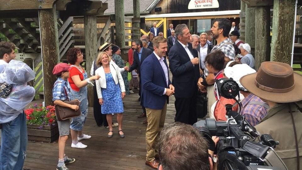Brian Pallister et Robert Maillet, tous deux de grande taille, conversent au milieu de la foule