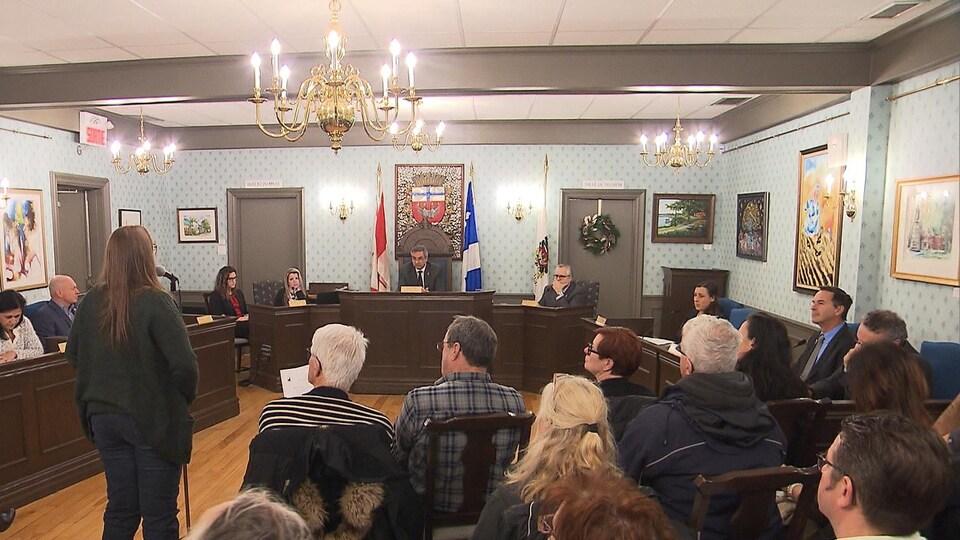 Une citoyenne parle au micro lors de la période de questions du conseil municipal de Chambly.