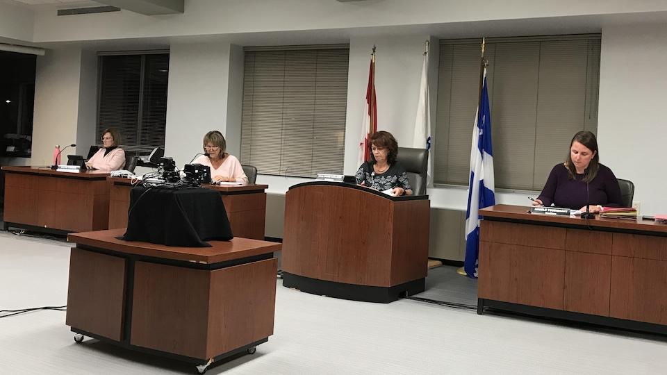 La conseillère Sylvie Turgeon, la directrice générale Huguette Lemay, la mairesse Diane Dallaire et la greffière Angèle Tousignant lors d'une séance du conseil municipal.