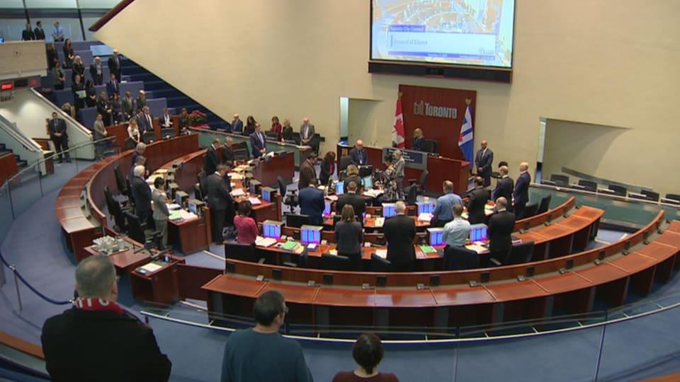 La salle du conseil municipal de Toronto pendant une réunion.