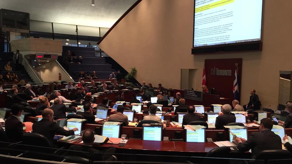 Une salle avec des ordinateurs