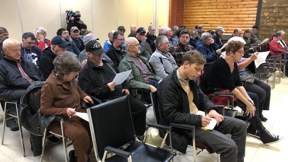 Des citoyens assis lors de la rencontre municipale