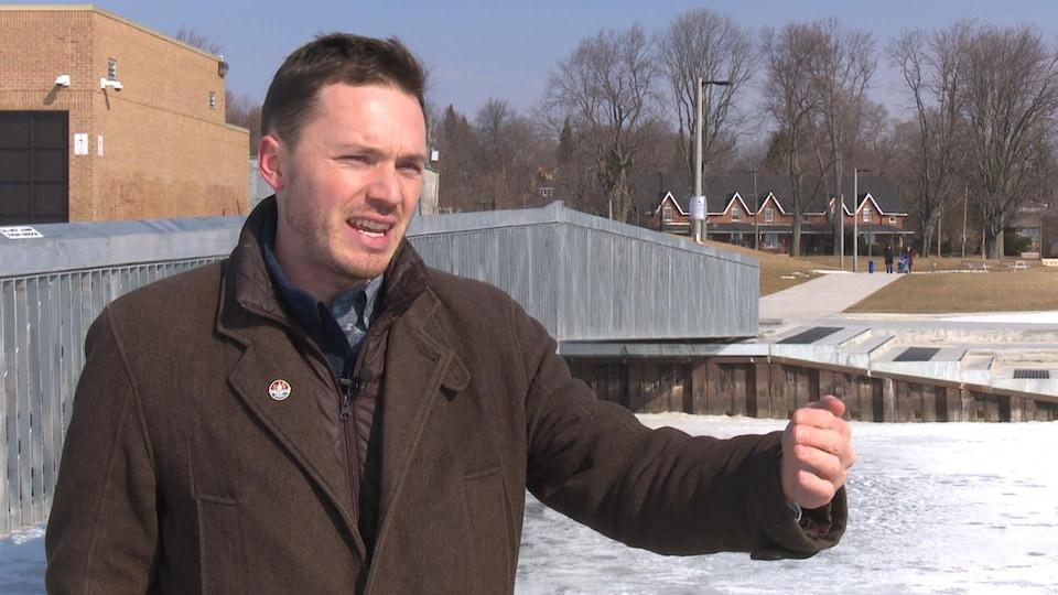 Le conseiller est photographié devant un quai aux abords du lac Ontario à Kingston.