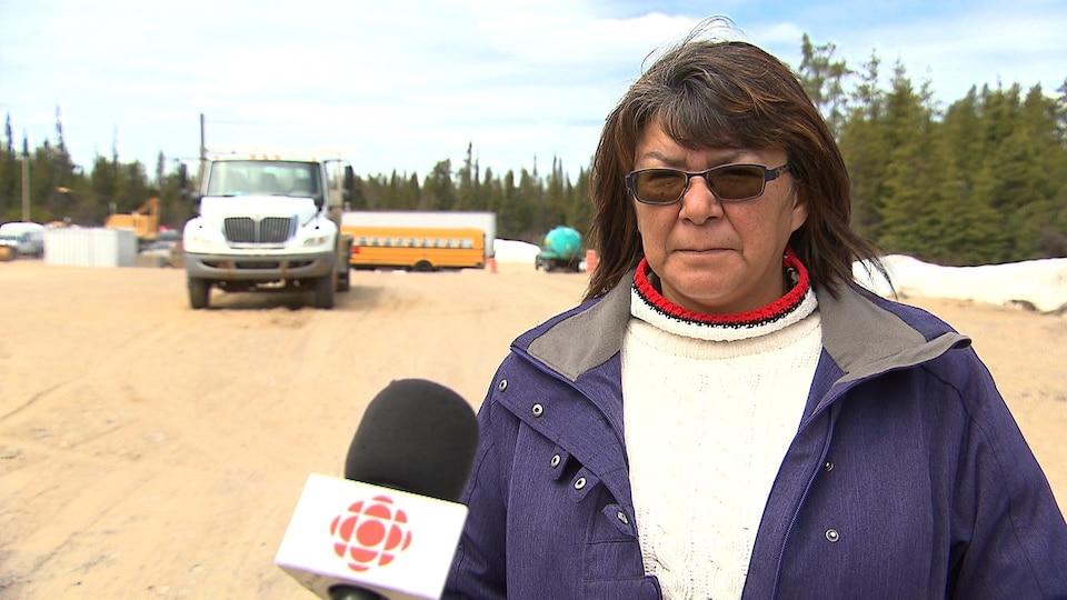L'instigatrice de la manifestation, Constance Vollant, lors d'une entrevue au micro de Radio-Canada.