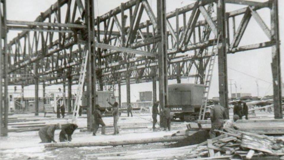 Des hommes construisent l'école.