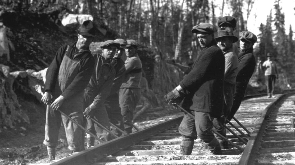 Des hommes en train de construire un rail..