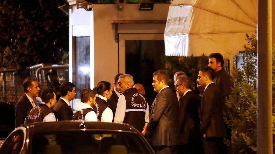 Experts médicolégaux de la police turque et responsables saoudiens sont rassemblés devant le consulat saoudien d'Istanbul.