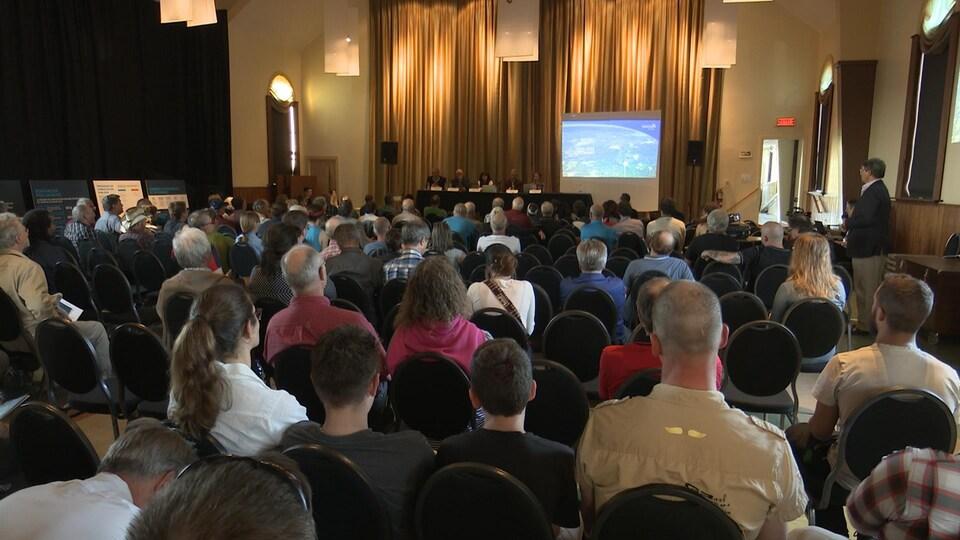 Des dizaines de citoyens ont assisté à la consultation publique.