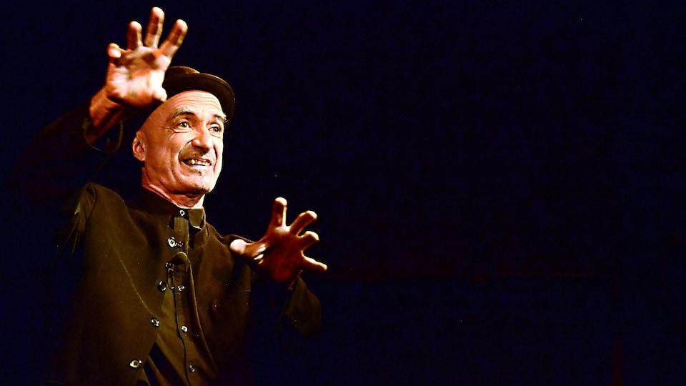 Le conteur Michel Faubert s'exprime avec ses mains.