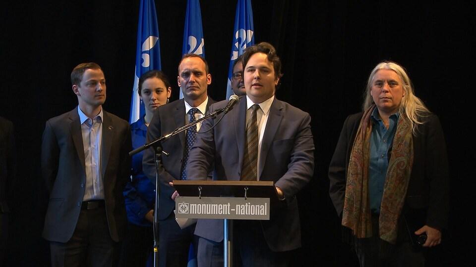 De gauche à droite, le député péquiste Mathieu Traversy, le député bloquiste Michel Boudrias, le président de la Société Saint-Jean-Baptiste de Montréal, Maxime Laporte, et la députée de Québec solidaire Manon Massé.