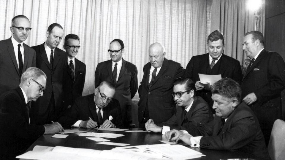 Une photo prise le 22 mai 1969 montrent les dirigeants d'Hydro-Québec et de la Churchill Falls Labrador Corporation lors de la signature du contrat du projet hydroélectrique Churchill Falls, au Labrador.