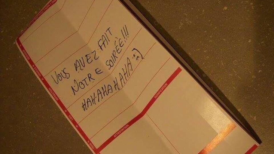 un message où l'on peut lire : «Vous avez fait notre soirée!!! HAHAHAHAHA:)»