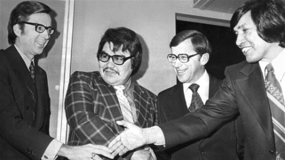 Robert Bourassa (à gauche), Billy Diamond (au milieu à gauche) ainsi que deux autres représentants du gouvernement des nations crie et inuite ayant signé la Convention de la Baie-James.