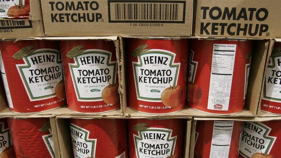 Des conserves de produits Heinz dans des boîtes de carton.