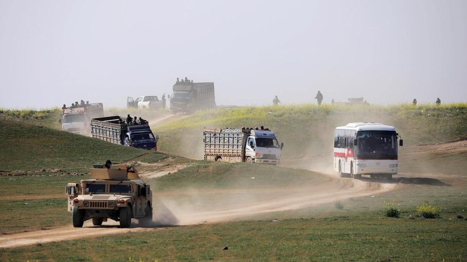 Des camions circulent sur la route.
