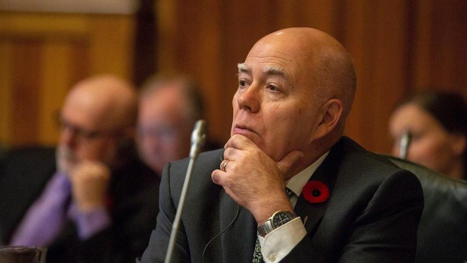 David Coon siégeant dans l'Assemblée législative