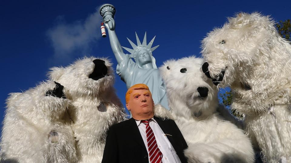 Des marionnettes de Trump, d'ours polaires et de la statue de la liberté.