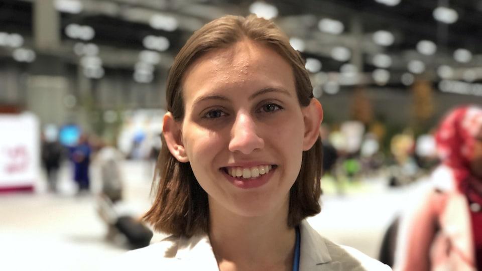 Alexandria Villasenor souriant à la caméra.