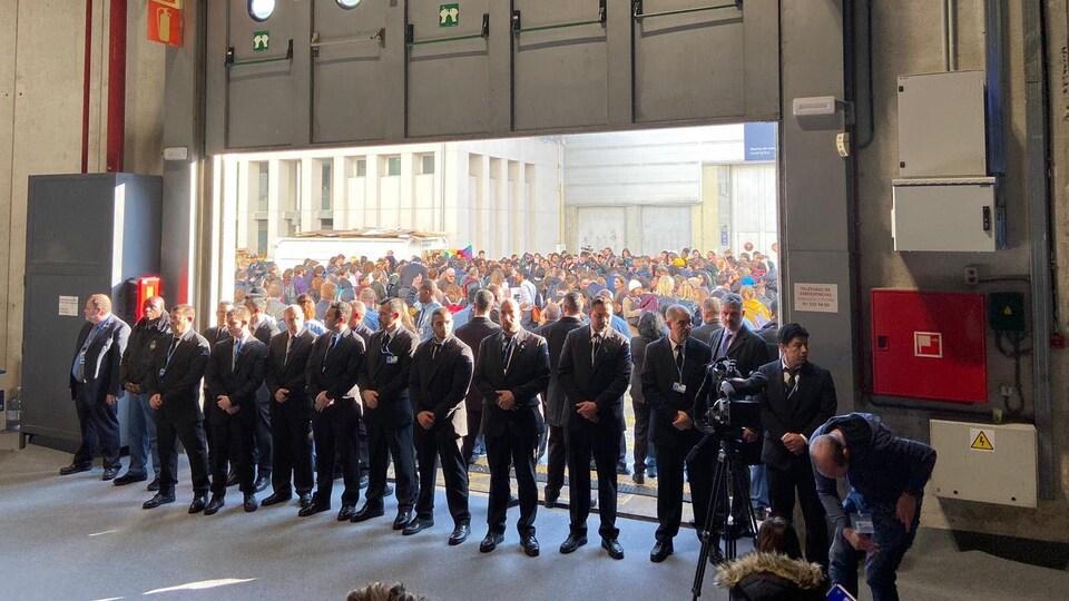 Des agents de sécurité montent la garde à proximité d'un rassemblement.
