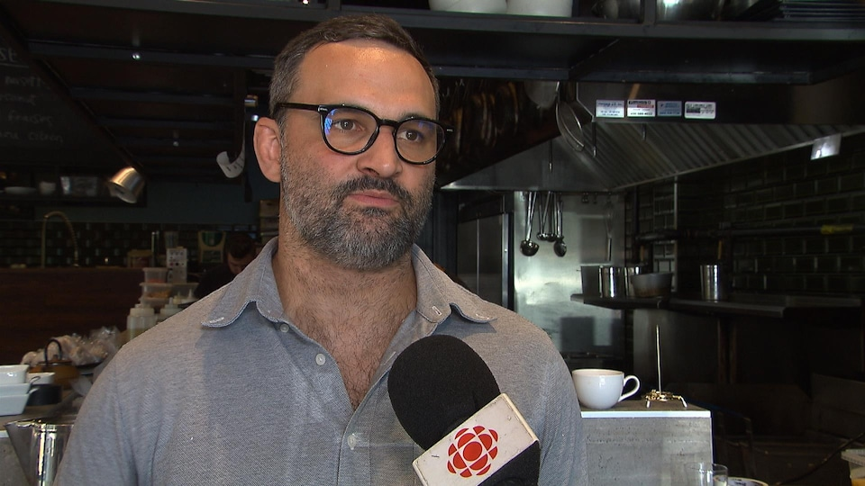 Mathieu Bonneau est photographié dans la cuisine de son bistro.
